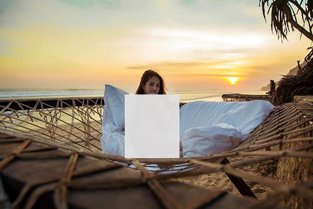 Ngọc Trinh chụp ảnh toàn thân không có đồ ngoài bãi biển